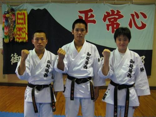 左から、山崎、川崎、中山
