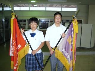 優勝旗を手にする主将の佐合と金子