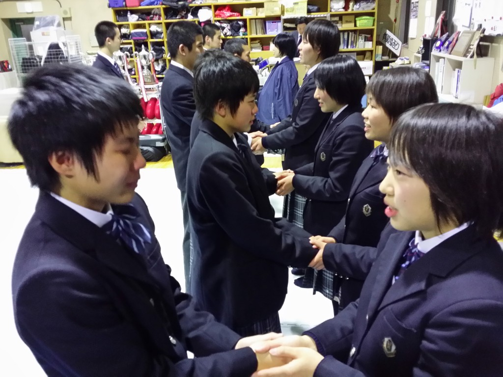 握手・生徒3